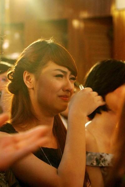 Diễm Hương rơi nước mắt vì bị các thí sinh Miss Earth cho rằng mình không thân thiện.