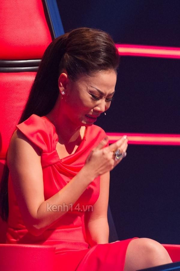 HLV Thu Minh cũng không để ý giữ hình tượng mà nức nở trên ghế nóng khi chia tay các học trò thân yêu.