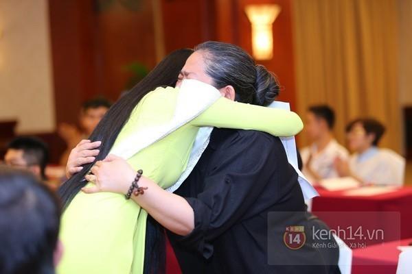 Hồng Quế thu hút gần hết ống kính phóng viên trong một đêm nhạc khi bất ngờ òa khóc lúc tình cũ Tuấn Hưng đang hát trên sân khấu.