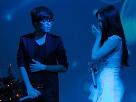 Đang hát với tình cũ Bùi Anh Tuấn, cô cũng bất ngờ rơi nước mắt.