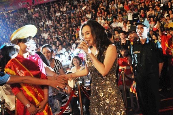 Trương Thị May ôm mẹ khóc khi chuẩn bị lên đường thi Miss Universe.