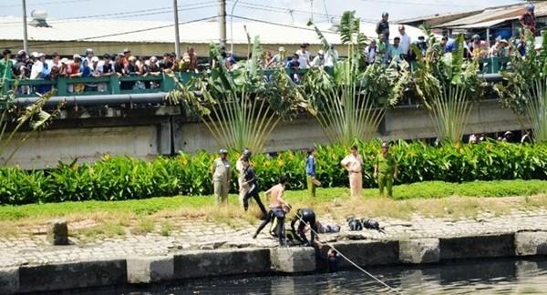 Thi thể nạn nhân được tìm thấy và đưa lên bờ.