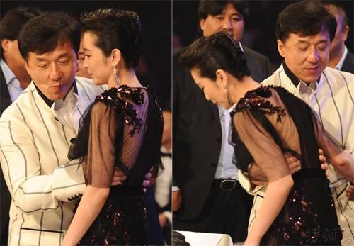 Khi tham gia một buổi tiệc từ thiện năm 2012, Thành Long bị nghi ngờ 'có động cơ thiếu trong sáng' khi ôm eo, ghé tai Lý Băng Băng thì thầm.
