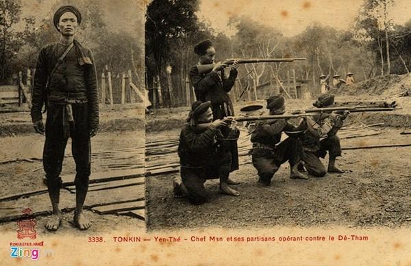 Đội trưởng Nghĩa quân và những người lính luyện tập bắn súng.