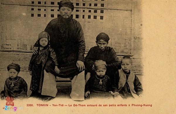 Bức bưu ảnh thủ lĩnh nghĩa quân Hoàng Hoa Thám cùng các cháu tại Yên Thế.