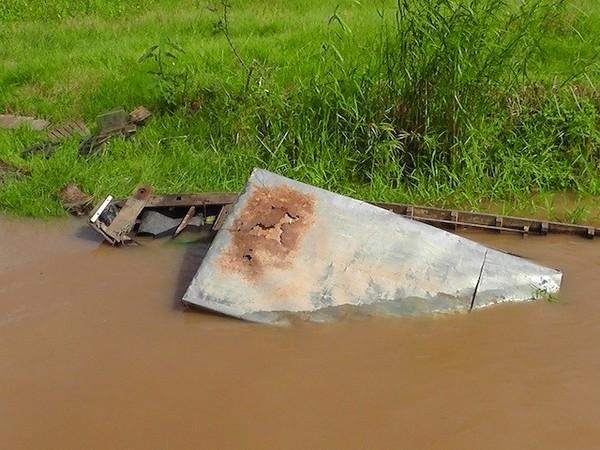 Chiếc ghe gỗ bị tông chìm xuống nước.
