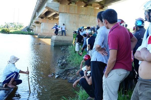 Người dân tụ tập xem các cơ quan chức năng vớt xác nạn nhân.