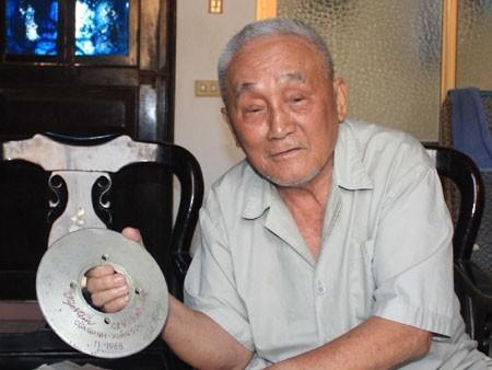 Ông Hùng và kỷ vật từng được dùng để tháo lắp ngư lôi.