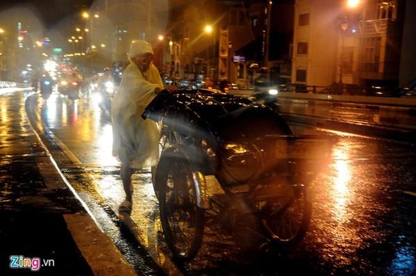 Ông Út (50 tuổi), hành nghề đạp xích lô đã mấy chục năm nay. Ông đang gồng mình đẩy chiếc xích lô lên dốc cầu Nguyễn Văn Cừ.