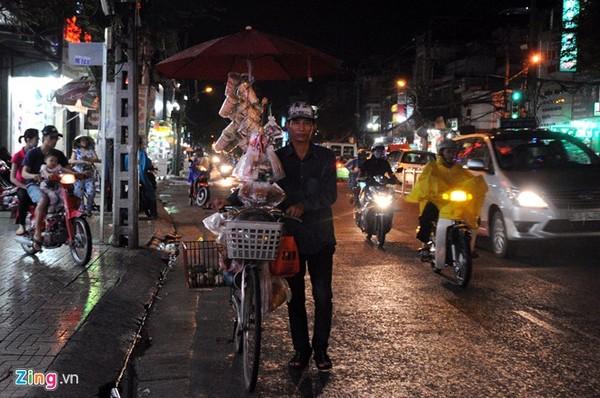 Người đàn ông bán kẹo dạo trên đường Trường Chinh (quận Tân Bình).