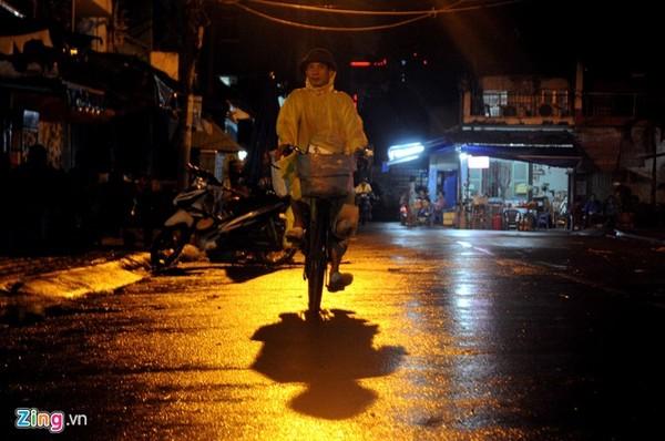 Anh Thép Mai (49 tuổi), từ miền Bắc vào thuê nhà ở Gò Vấp đề đi bán bánh chưng dạo bằng chiếc xe đạp cũ trong ngày mưa.