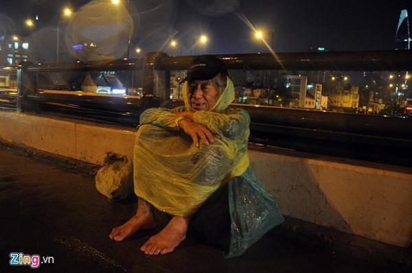 Cụ Phước (72 tuổi). Cụ tâm sự, từ Cà Mau lên Sài Gòn mấy năm nay. Hàng ngày, cụ đi lượm ve chai, ăn quán cơm 2.000 đồng, tối cụ Phước lại tìm về các gầm cầu để nghỉ ngơi.