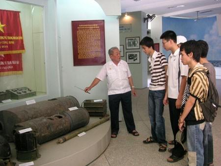 Ông Hùng kể lại việc rà phá thủy lôi cho sinh viên tại Bảo tàng Hải quân.