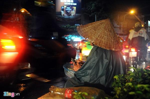 Bà cụ năm nay đã ngoài 70 tuổi, mắt không còn nhìn thấy vẫn ngồi bán bông tăm trong đêm mưa ở ngã tư Nguyễn Trãi-Nguyễn Văn Cừ (quận 5).