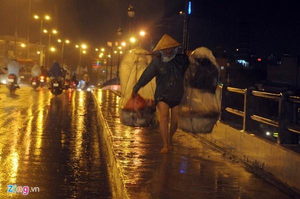 Sài Gòn bắt đầu vào mùa mưa, người phụ nữ buôn thúng bán ghánh đi như chạy dưới cơn mưa tầm tã.