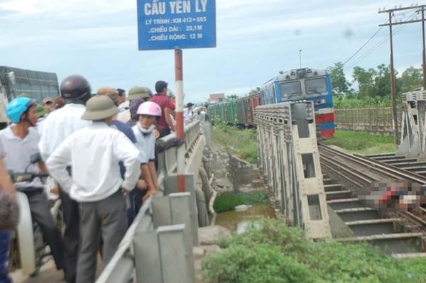 Lúc 9h sáng 4/8, người đàn ông ở huyện Quỳ Hợp (Nghệ An) chưa rõ danh tính điều khiển xe máy băng qua đường sắt dân sinh ở xã Diễn Yên, huyện Diễn Châu, Nghệ An. Do thiếu quan sát, đúng lúc đoàn tàu chở hàng chạy tuyến Vinh – Hà Nội đi qua tông phải.