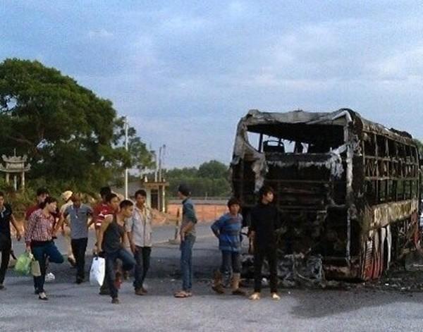 Một số hành khách trên chiếc xe gặp nạn đang chờ nhà xe bố trí xe để tiếp tục hành trình.