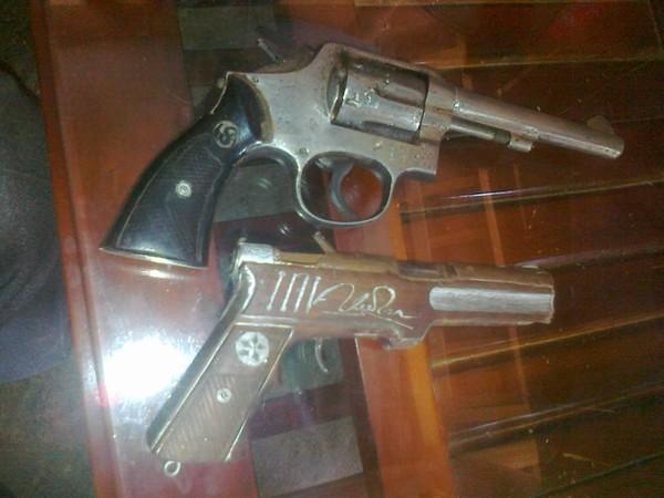 Hai khẩu súng mà Bình dùng để cướp tài sản.
