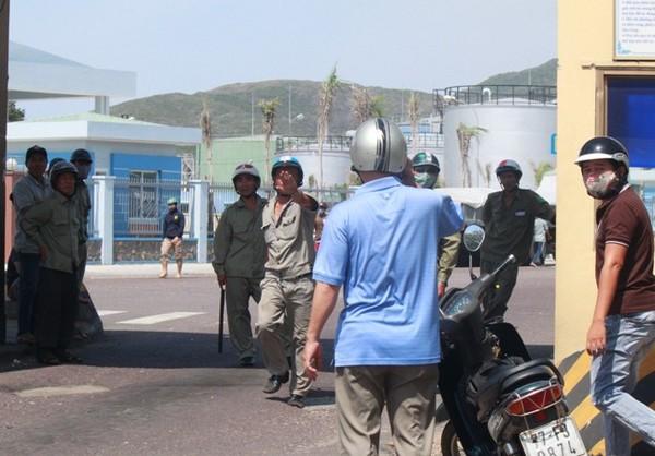PV Báo Bình Định bị lực lượng bảo vệ chặn không cho vào