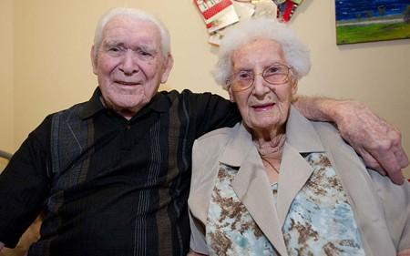Ông bà Hartland dù tuổi đã cao nhưng vẫn rất tình cảm.