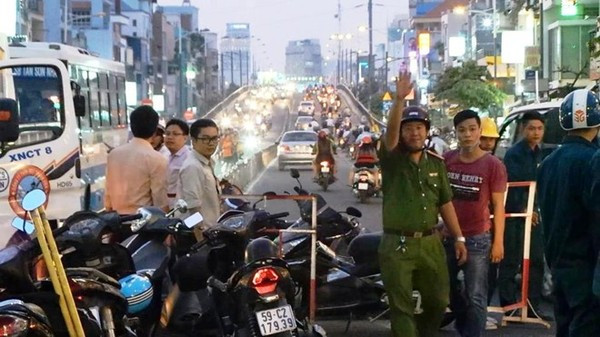 Hố ga giữa đường Sài Gòn nổ lớn, kẹt xe nghiêm trọng