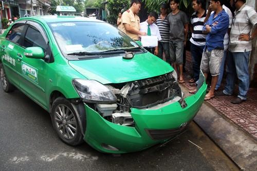 Taxi bị bung dàn đầu sau khi tông hai xe máy. Ảnh: An Nhơn