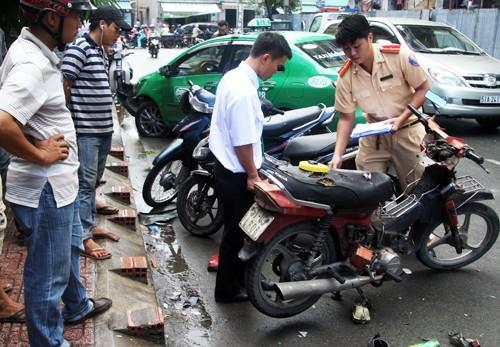 Hai xe máy hư hỏng sau khi bị taxi tông. Ảnh: An Nhơn