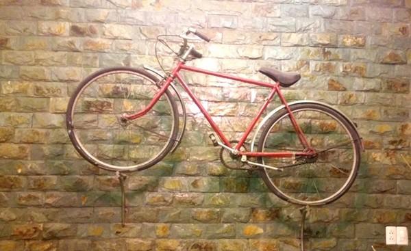Chiếc xe đạp thủa hàn vi được Ngọc Sơn cất giữ cẩn thận.