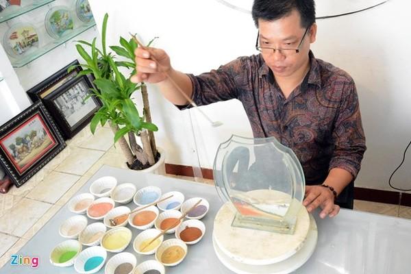 """Anh Quang làm nghề tranh cát đã gần 10 năm nay, anh tỏ ra rất thích thú với công việc này. Anh chia sẻ: """"Từ những hạt cát vô tri vô giác mà tạo nên những bức tranh nghệ thuật đó là điều thật tuyệt vời. Những tác phẩm tranh cát mang nhiều ý nghĩa nhân văn sâu sắc""""."""