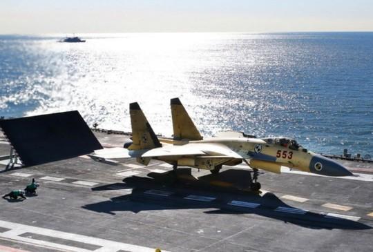 Chiến đấu cơ J-15 của Trung Quốc tập cất và hạ cánh trên tàu sân bay Liêu Ninh. Ảnh: PLAN