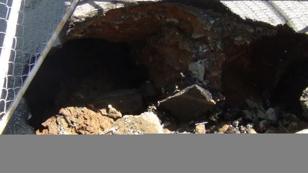 Hố rộng hơn 1,5 m, dài khoảng 2 m và sâu khoảng 1,5 m.