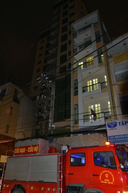 Lực lượng cứu hộ được điều đến toà nhà Sài Gòn View Residences để hút nước trong tầng hầm tối 6/9