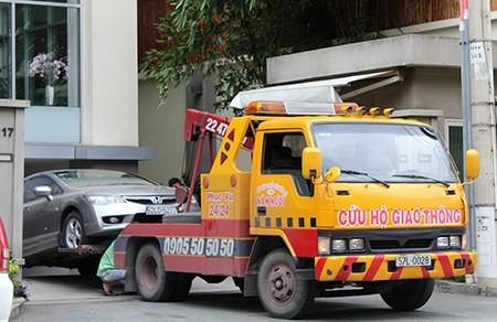 Xe cứu hộ kéo ô tô từ tầng hầm tòa nhà Sài Gòn View Residences đi sửa chữa vào chiều 8/9