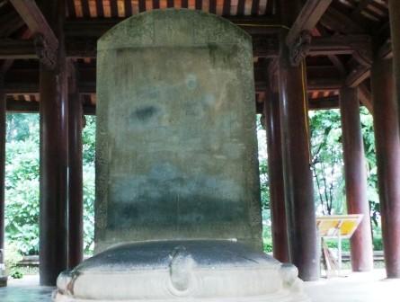 Đây được đánh giá là một trong những tấm bia thời Lê Sơ cổ, to và đẹp nhất Việt Nam.