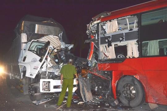 Hiện trường vụ tai nạn làm 2 tài xế thương vong