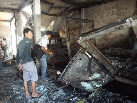 Hiện trường vụ cháy khiến cả cơ sở bị thiêu rụi thành đống đổ nát.
