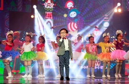 Cậu bé lôi cuốn khán giả bởi giọng hát trong trẻo, sự hồn nhiên và đáng yêu.