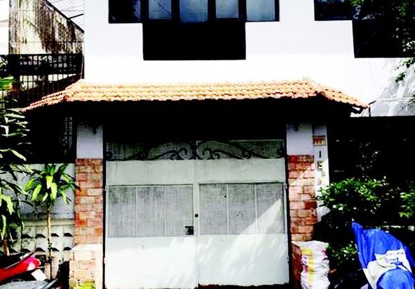Ngôi nhà cũ đã khóa chặt cửa và vắng người qua lại.