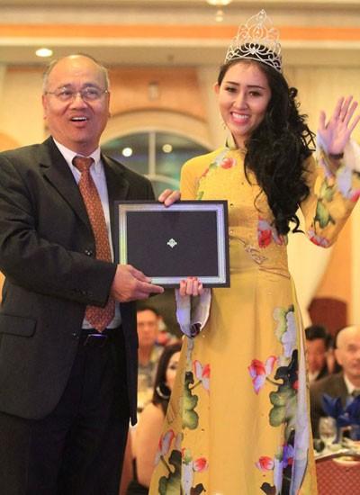 Ngài Thị trưởng thành phố Milpitas ( Mayor of Milpitas - Jose Esteves) trao tặng giải Hoa Hậu Cộng Đồng tại Mỹ cho Huỳnh Thuý Anh.