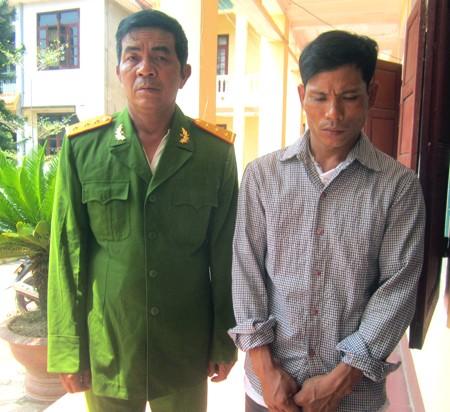 Hai đối tượng Phan Bá Hùng (người mặc sắc phục công an) và Nguyễn Văn Tú tại cơ quan công an.