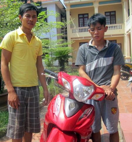 Hai đối tượng trộm chó Nguyễn Thế Hữu và Nguyễn Văn Sang tại cơ quan điều tra.