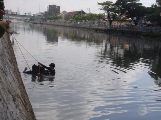 Lực lượng Cứu nạn – Cứu hộ thuộc Cảnh sát PCCC TP HCM, đang lặn tìm thi thể đối tượng cướp nhảy kênh Tàu Hũ rồi chết đuối (đoạn giáp phường 1, quận 6 với phường 13, quận 8), vào sáng 30-9.