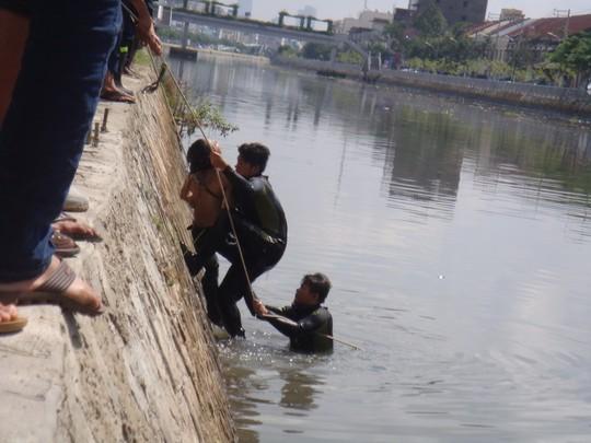 Nhân viên Cứu nạn – Cứu hộ tìm thấy và đưa xác đối tượng cướp lên bờ.