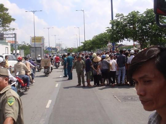 Nhiều người hiếu kỳ tò mò xem việc gì xảy ra trên đại lộ Võ Văn Kiệt vào sáng 30-9.
