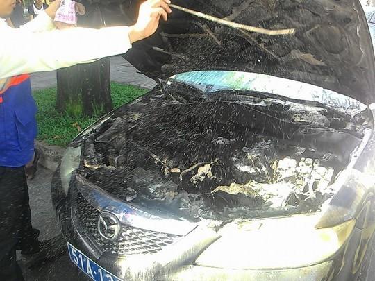 Phần máy đầu xe ôtô cháy đen.