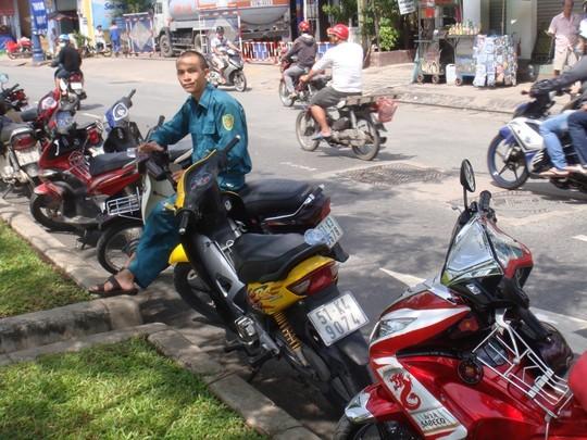 Xe của 2 đối tượng cướp giật (màu vàng) đang được canh giữ.
