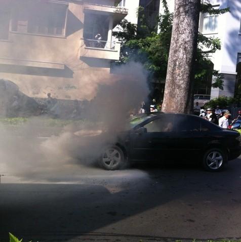 Xe ôtô biển số xanh được dập lửa sau khi bất ngờ bốc cháy vào sáng 30-9, lúc đang lưu thông trên đường Nam Kỳ Khởi Nghĩa, quận 3 – TP HCM.