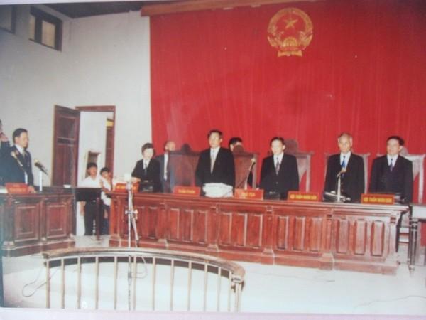 Ông Nguyễn Đình Phòng (thứ hai từ phải qua) trong phiên toà xử Khánh trắng và đồng bọn