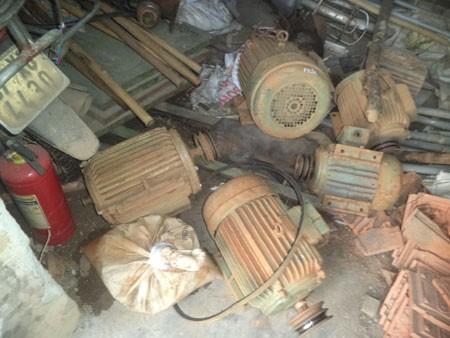 Số máy móc bị tạm giữ tại kho của UBND xã Châu Hồng chờ xử lý.