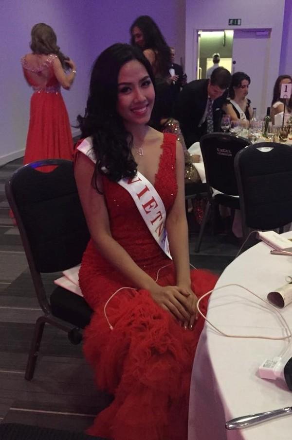 Nguyễn Thị Loan trong tiệc mừng sau đêm chung kết Hoa hậu. Ảnh: NVCC